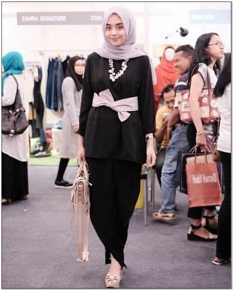 Style baju hijab kondangan warna hitam