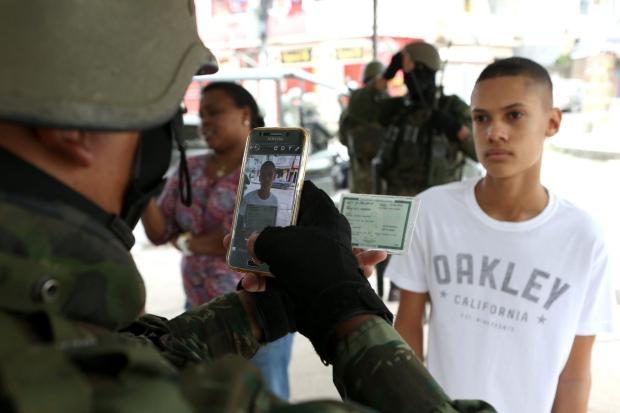 """Militares """"ficham"""" moradores no Rio, prática considerada ilegal por entidades de direitos humanos"""
