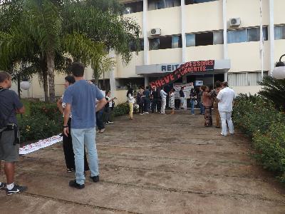 Docentes da Unimontes em greve ocupam reitoria após salários cortados