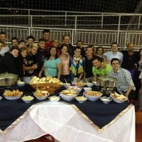 Jovens se juntam para o lanche de boas vindas oferecido pelos adventistas