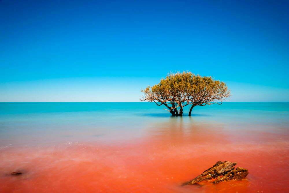 Самые красивые места в Австралии фотографии - где Красная грязь встречается с океаном в Crab Creek в Broome Australia