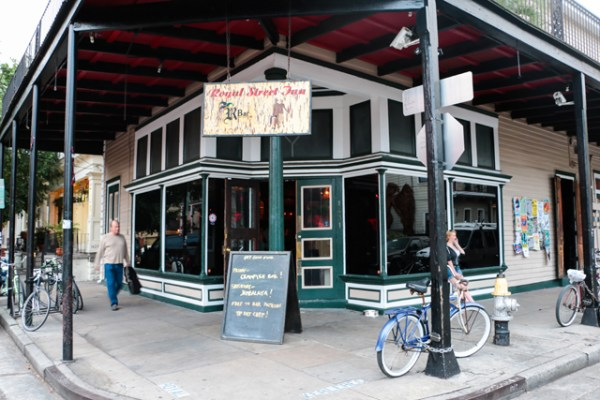 The R Bar in New Orleans offers a fantastic deal for free crawfish if you are a patron. This makes for a perfect date night where you can dinner for free with purchase of drinks! - Adventuresofb2.com