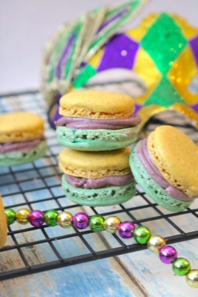 Mardi Gras King Cake Macarons are delightful little macaron with swirls of cinnamon. A light flavor of a king cake just in time for the Mardi Gras season. - Adventuresofb2.com