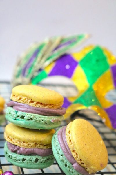 The festive Mardi Gras King Cake Macarons will make the perfect statement at your next Mardi Gras party. These carnival macarons are the perfect Mardi Gras dessert that tastes just like king cake and sports the festive Mardi Gras colors! - Adventuresofb2.com