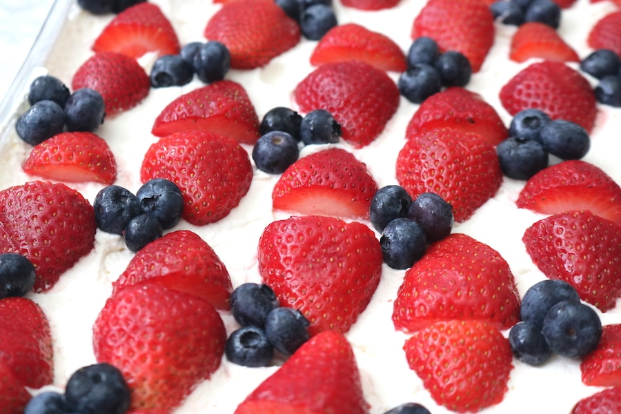 A delicious no bake summer dessert! Stawberry icebox cake is so easy to make with only 3 ingredients! Layers of graham cracker with fluffy whipped cream and juicy strawberries for the ultimate refreshing dessert! - adventuresofb2.com