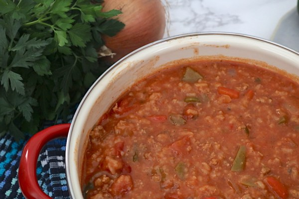 This stuffed pepper soup is a hearty meal loaded with ground beef, onions, rice and bell peppers in a tomato based broth. - adventuresofb2.com #stuffedpeppers #soup