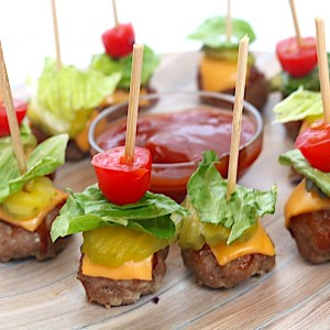 Mini cheeseburger bites are the perfect appetizer for any party! Low carb, easy to make and keto friendly. Use a variety of toppings and dipping sauces for these food on a stick appetizer. - Adventures of B2 #lowcarb #keto #healthyappetizer #fingerfoods #burger #party