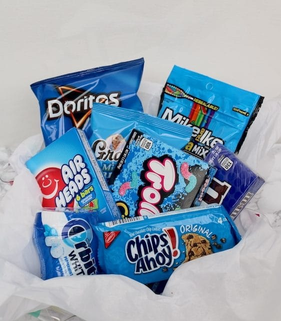 police themed gift basket for police appreciation day. Say thank you to a police officer with all their favorite snacks in their favorite color blue! A fantastic gift ideas for cops to show our appreciation. - adventuresofb2.com