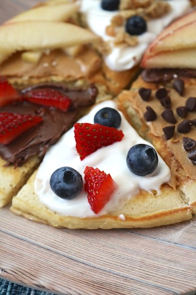 Say hello to the new way to eat pancakes! Breakfast pancake pizza turn ordinary pancakes into extraordinary pancakes with endless amounts of toppings as options. A delicious way to start your morning! - adventuresofb2.com #pancakes #breakfast #pizza #easyrecipe