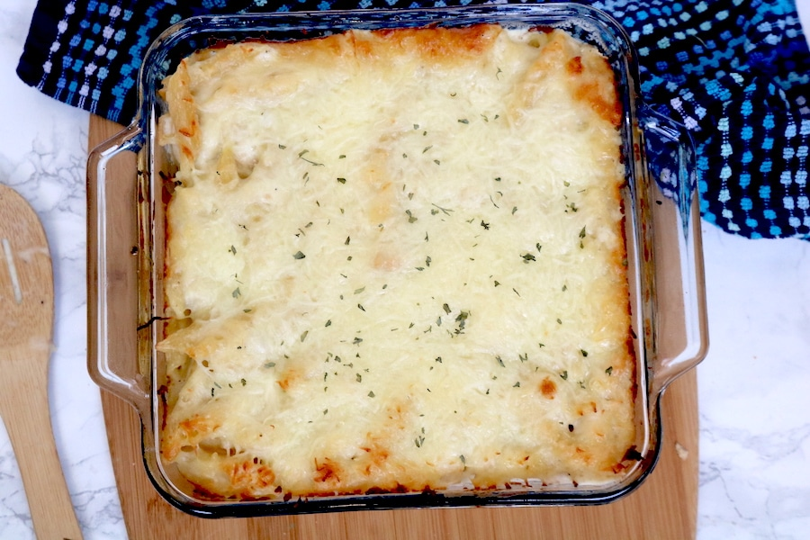 A crowd favorite, this chicken alfredo bake is easy to whip up and so delicious! Juicy chicken in a creamy white sauce with pasta. - adventuresofb2.com