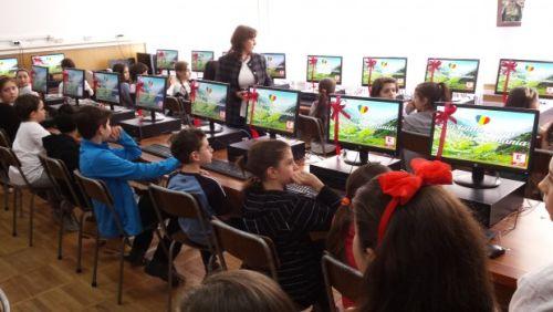 60 de calculatoare, primite de 2 școli din Sectorul 6 de la Kaufland România