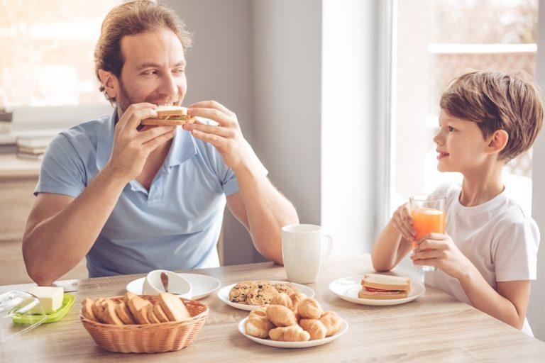 Disfrutando de pan tostado en el desayuno