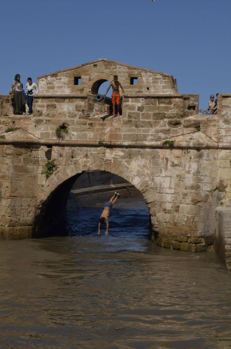 Niños lanzándose al agua.