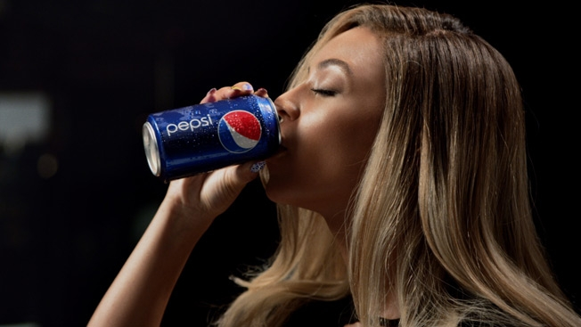 Beyonce drinks a can of Pepsi in her new