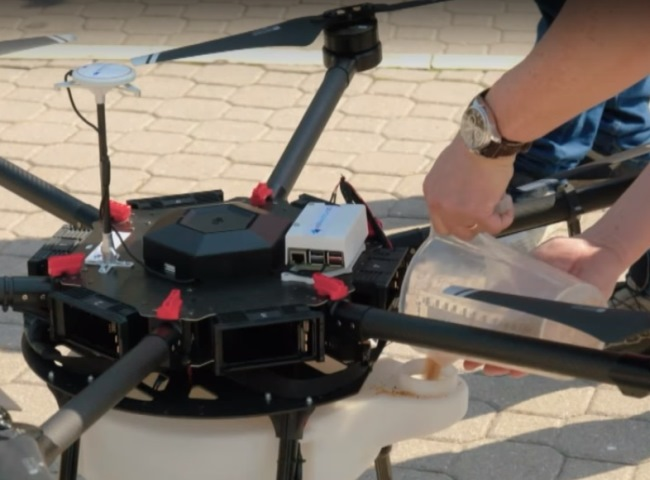 drone per la distribuzione granulati