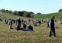 Die Besucher genießen die Sonne bei wenig Wind