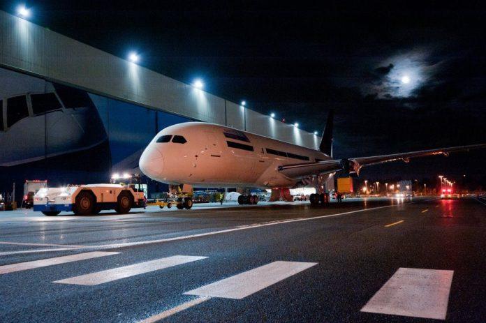 787 sendo transportado em Everett na fábrica da Boeing.