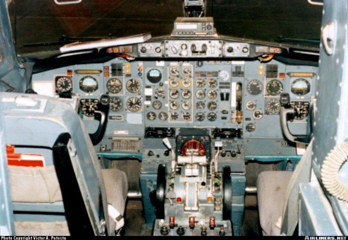 Cockpit comum nas primeiras versões do 737, AP do modelo SP77 e quase algum moderno auxílio de voo.