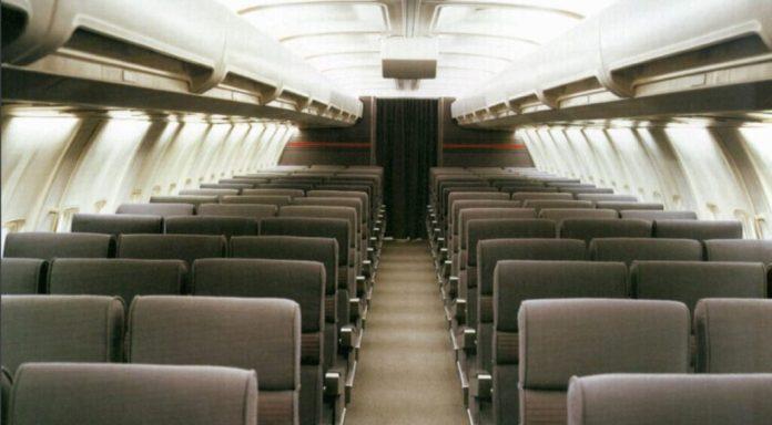 Interior do 737 na data de lançamento, parece confortável. Foto - Boeing Media.