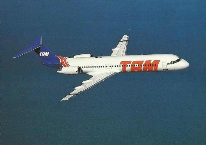 Foto de divulgação da TAM na década de 90 para o Fokker 100.