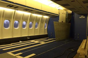 Interior do MD-11 durante a reforma
