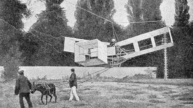 O 14-bis em teste suspenso numa corda e puxado por um jumento.