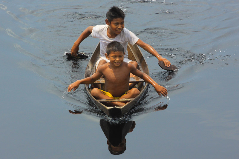 As crianças se divertem com brincadeiras tradicionais. O rio é uma das fontes de diversão, seja nadando, pescando ou navegando em suas jangadas.