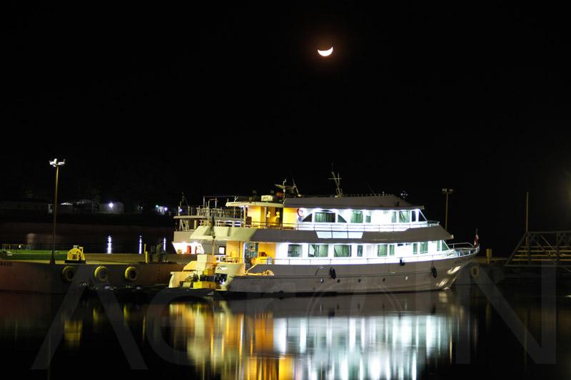 Outra parte lucra com o turismo exótico da região, direcionado quase que exclusivamente aos pescadores durante a alta temporada. Na foto acima, nosso barco-hotel, o melhor da região.