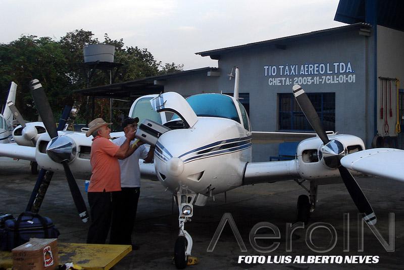 Beech Baron da Tio Taxi Aéreo sendo carregado para o transporte dos turistas às regiões mais remotas do país