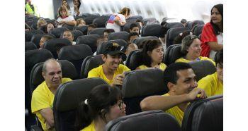 RIOgaleão - Visita de crianças à aeronave pela primeira vez (3)