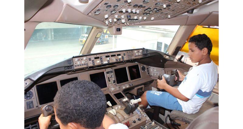 RIOgaleão - Visita de crianças à aeronave pela primeira vez