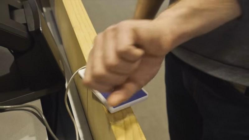 Andreas posiciona sua mão sobre o scanner. Imagem: Youtube.
