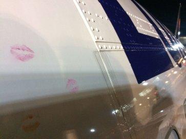 Beijos carinhosos foram feitos na fuselagem da aeronave em seu último voo.
