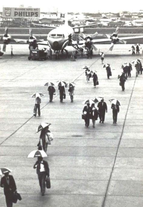Cena inusitada colhida durante o desembarque de passageiros do Lockheed L-188 Electra II operando na Ponte Aérea Rio-São Paulo. Aeroporto de Congonhas-SP (Paulo Laux).