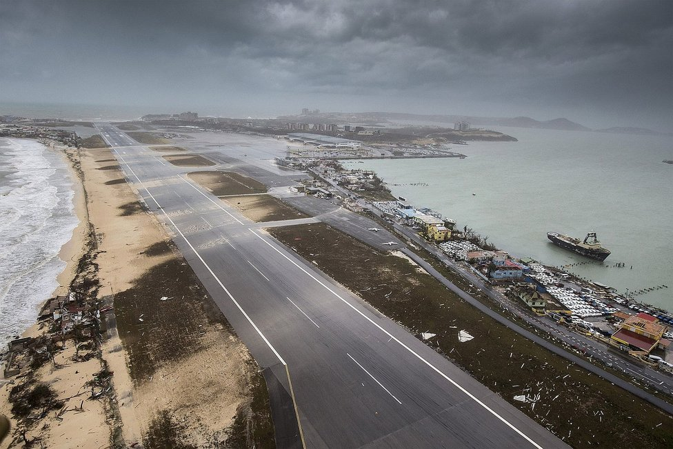 Aeroporto de Saint Maarten é destruído pelo Furacão Irma