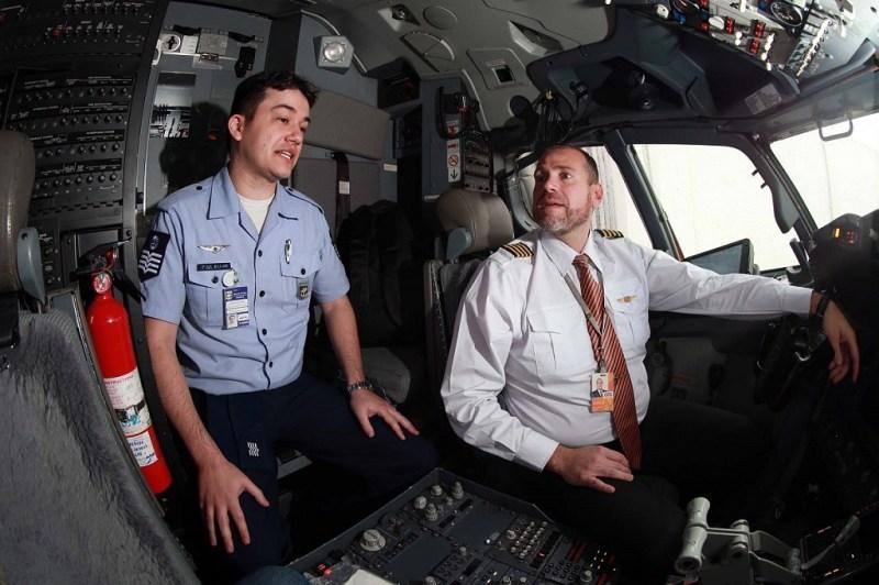 Controlador da FAB e Comandante da GOL no cockpit