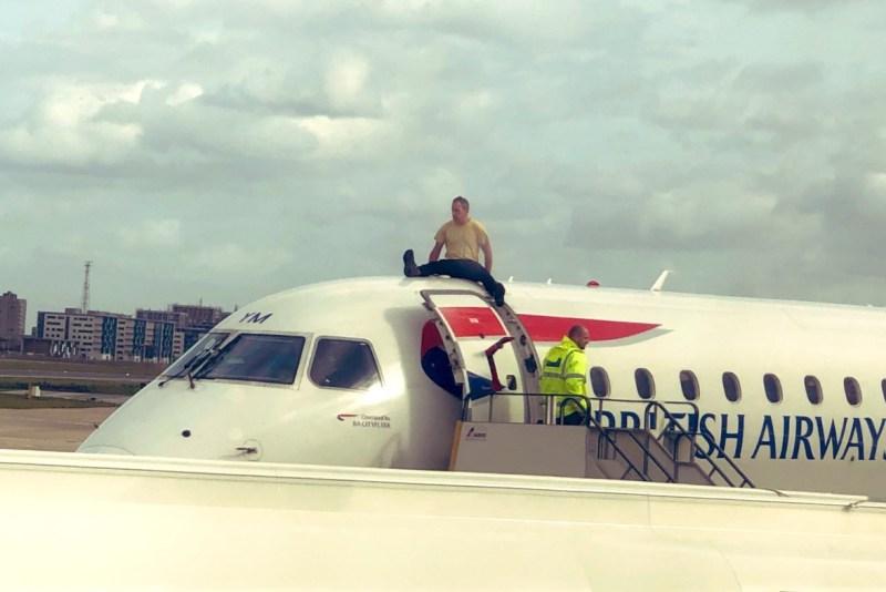 Protesto Homem Sobe Avião Aeroporto London City