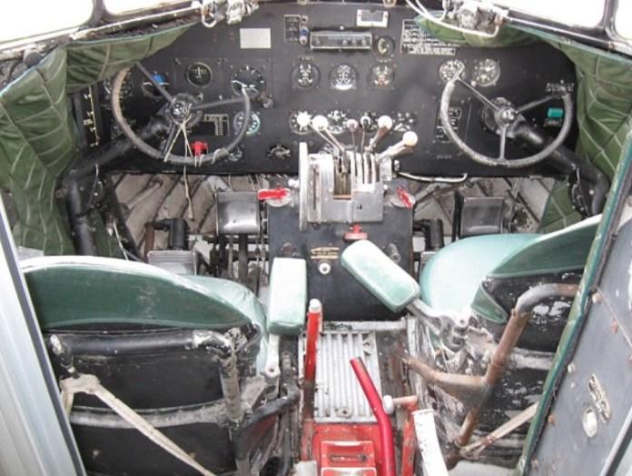 Avião Douglas DC-3 Lanchonete Cockpit