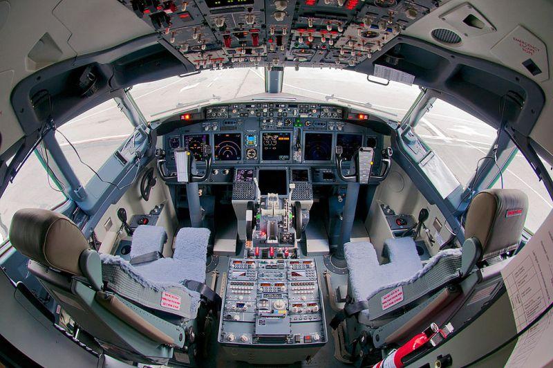 Cockpit avião Boeing 737-800 737NG