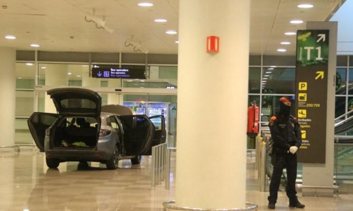 Carro dentro terminal aeroporto Barcelona