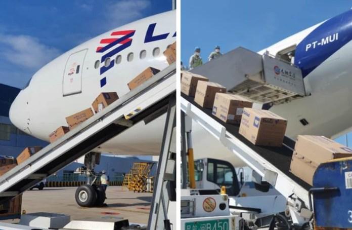 Avião Boeing 777-300ER LATAM Descarregando Máscaras China