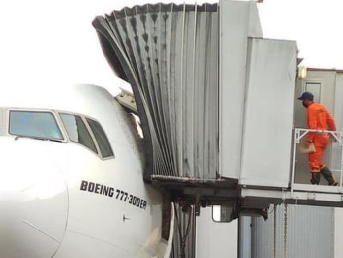 Boeing 777 Emirates Porta Arrancada Ponte de Embarque
