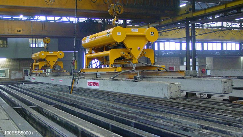 Vacuum lifter to demould and lift two piles up to 25 meters at the same time