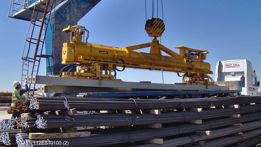 Met dit vacuüm heftoestel van Aerolift worden heipalen met verschillende lengtes op een vrachtwagen geladen