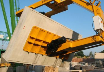 Vacuum lifter of Aerolift to lift and turn concrete elements 180 degrees