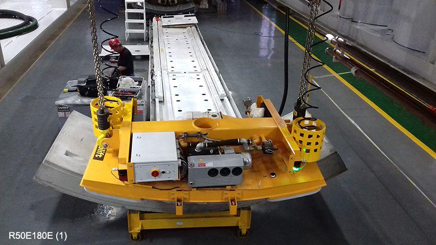 Aerolift vacuüm heftoestel voor het transport van tunnelementen naar de erector in de tunnelboormachine