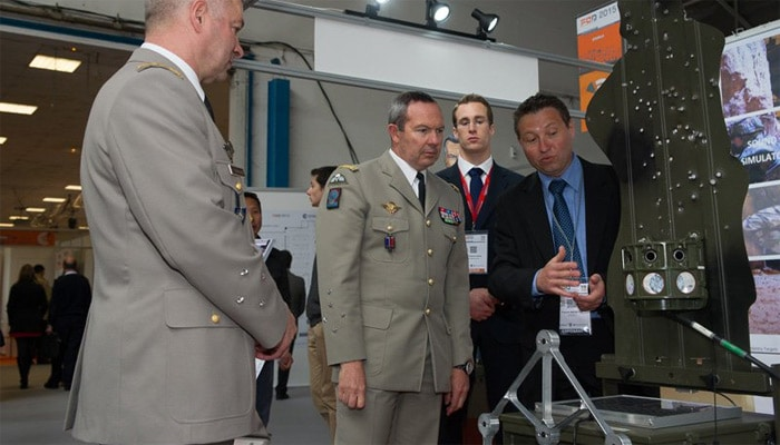 Le chef d'état-major de l'armée de Terre, le général d'armée Jean-Pierre Bosser, lors de sa visite au FED 2015 (Crédits : armée de terre)
