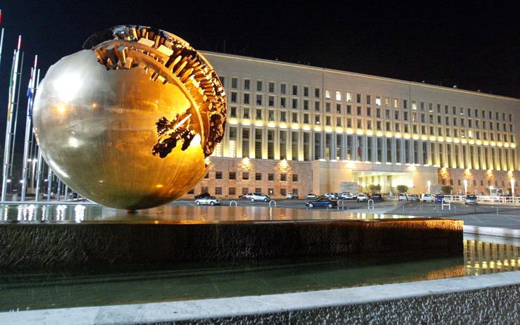 La sfera di Arnaldo Pomodoro delPiazzale del Ministero degli Affari Esteri a Roma