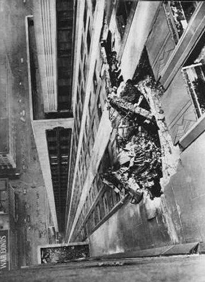 Imagen de los daños en el Empire State Building, tomada por Ernie Sisto en penosas circunstancias: mientras hacía la fotografía, dos personas le sujetaban para no caer al vacío.