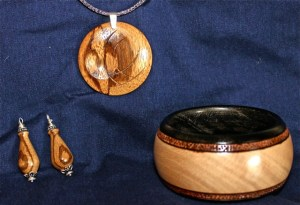 Wooden pendant, earings, and bobel